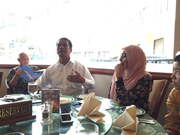 khusuk mendengarkan Pak Amran cerita mengenai  Pertanian Indonesia